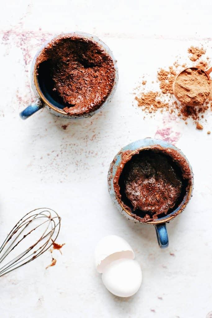 2 blue mugs full of chocolate cake